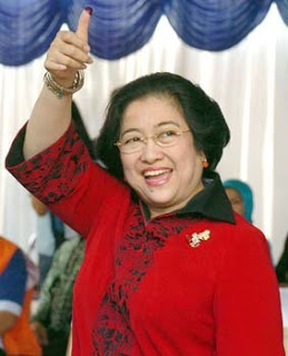 Indonesian President Megawati Sukarnoputri shows her thumb after she voted in a final round of presidential elections that are expected to result in her relinquishing power to a former general, at a polling station near her private home in south Jakarta, 20 September 2004. Megawati's former security minister Susilo Bambang Yudhoyono is widely expected to sweep to victory in the polls, after a july 5 first round vote which saw him emerge as frontrunner.  AFP PHOTO/CHOO YOUN-KONG/cyk